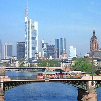 Frankfurt mit Hund im Ebbelwei Expreß