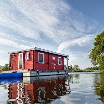 Hausboot mit Hund Deutschland